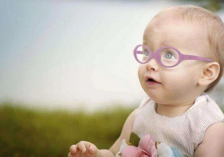 Prototyp okularów dla niemowląt, wykonany z wytrzymałej żywicy