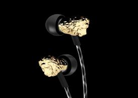Wydrukowana w 3D metalowa głowa lwa na słuchawkach V-Moda